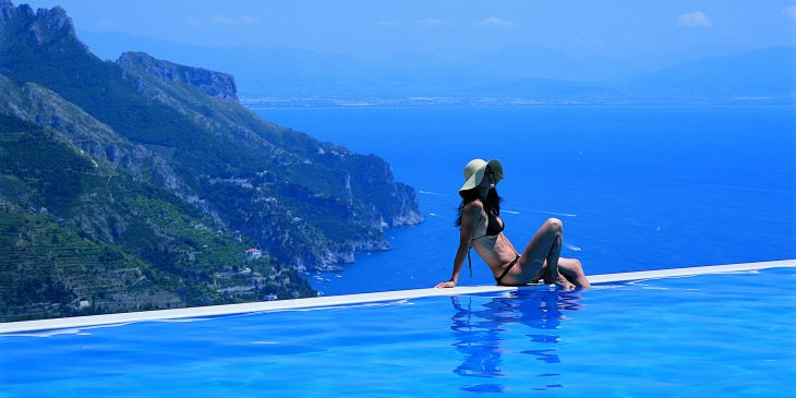 Hotel Caruso Belvedere, Girl on the Edge